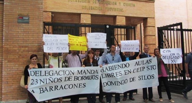Familiares de 23 escolares han protestado ante la delegación de Educación para demandar la apertura de aulas del colegio Santo Domingo de Silos en Bormujos / Sevilla Actualidad