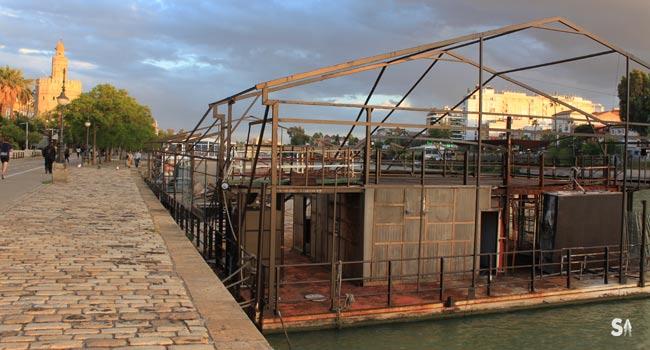 Los restos de la terraza abandonada en el Muelle de la Sal, próximos a la Torre del Oro en Sevilla / Juan Carlos Romero