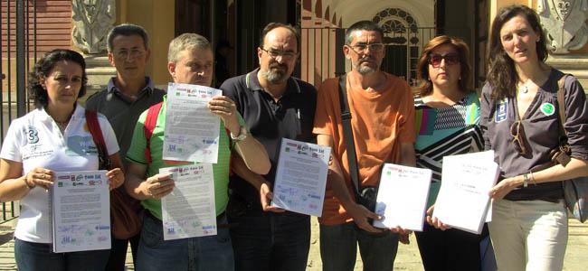 Los sindicatos sanitarios han presentado 6.000 firmas entre usuarios y profesionales demandado la paralización de la fusión de centros / Sevilla Actualidad