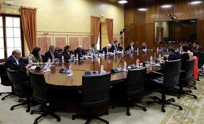 mesa-comision-hacienda-parlamento