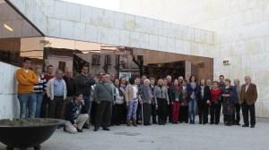 Los vecinos manifestaron su malestar junto a la delegada de la Junta de Andalucía a las puertas del Teatro Fisac / SA - Sierra Norte