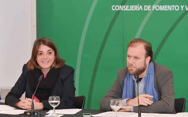 La consejera de Fomento y Vivienda, Elena Cortés, en la presentación de una nueva línea de ayudas de la Junta