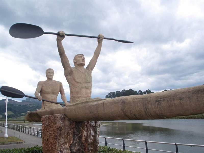 Ribadesella - escultura representativa del Descenso del Sella