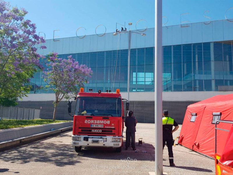 Simulacro de Bomberos en Fibes /@EmergenciasSev