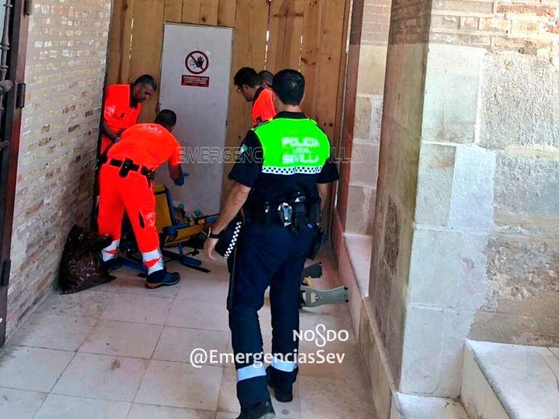 Efectivos sanitarios atienden al turista /@EmergenciasSev