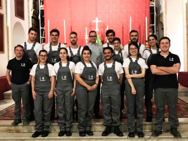 Grupo de estudiantes que han participado en la restauración del retablo /Archidiócesis