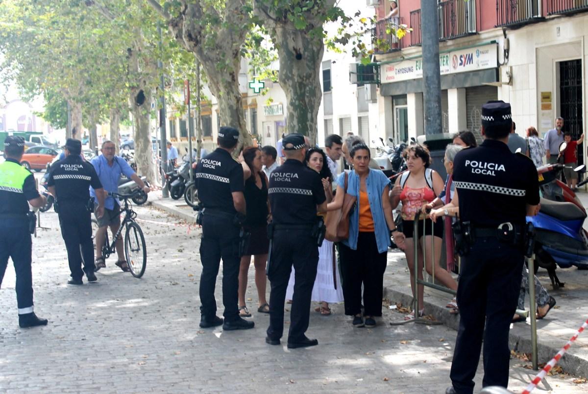 Protesta vecinal ante la tala de árboles en la avenida de Cádiz /Participa Sevilla