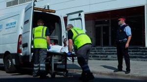 Los sanitarios retiran el cuerpo del hombre abatido en Cornellá /Cedida