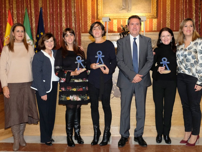 Las galardonadas posan con sus respectivos premios / Ayuntamiento de Sevilla