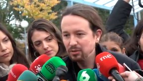 Pablo Iglesias atiende a los medios tras depositar su voto el 10N / @ahorapodemos