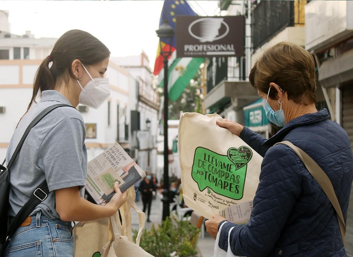 Entrega de bolsas de tela para ayudar al comercio local