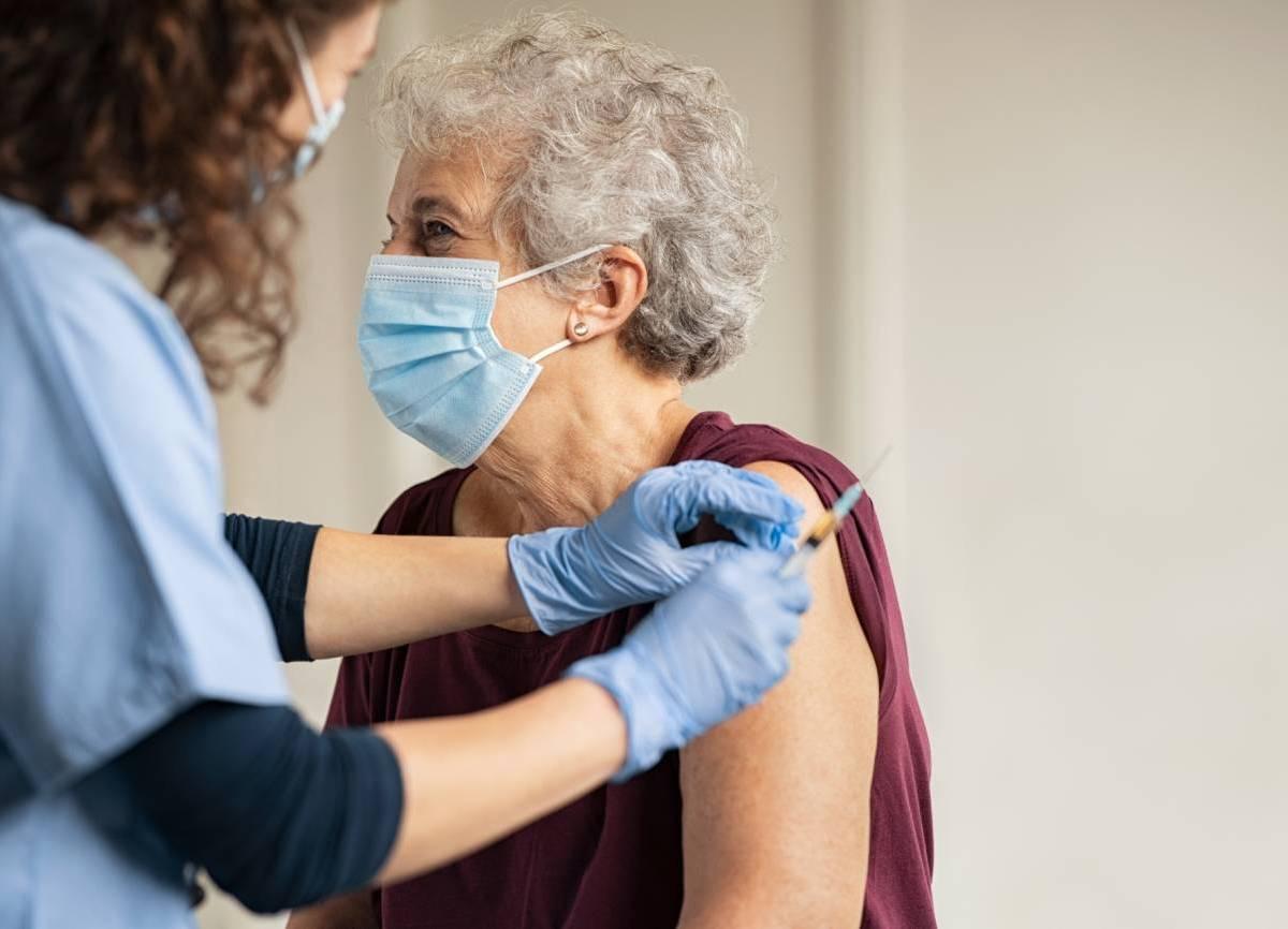Mujer recibiendo vacuna del COVID-19