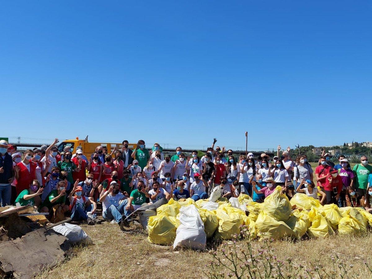 Retirada de residuos en las márgenes del Guadalquivir / Red Sevilla por el Clima
