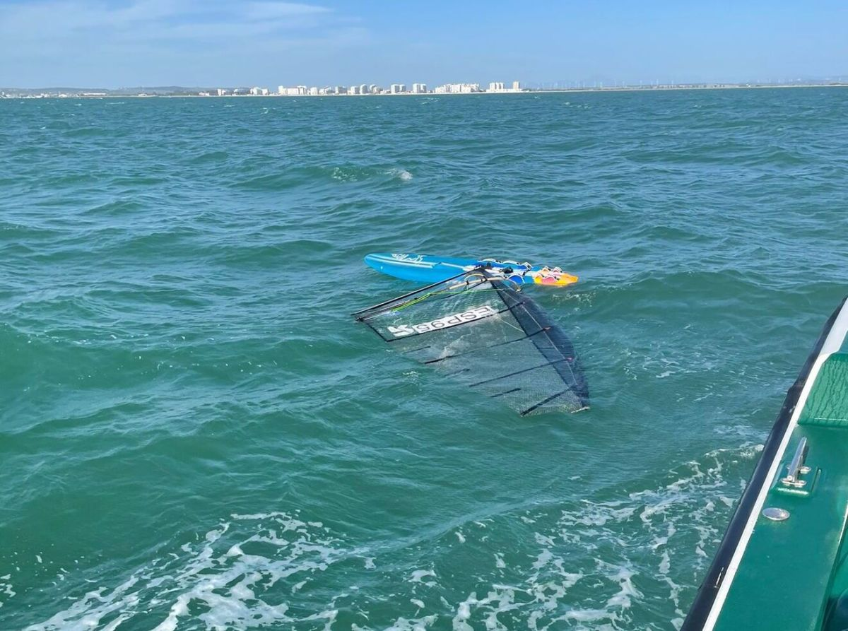 La tabla de Paco Manchón fue localizada a la deriva sin rastro del windsurfista / Guardia Civil