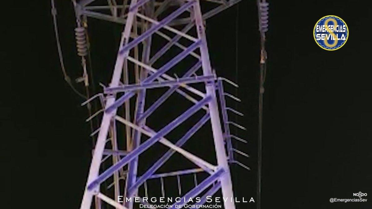 Torre de alta tensión en la avenida 28 de Febrero / ES