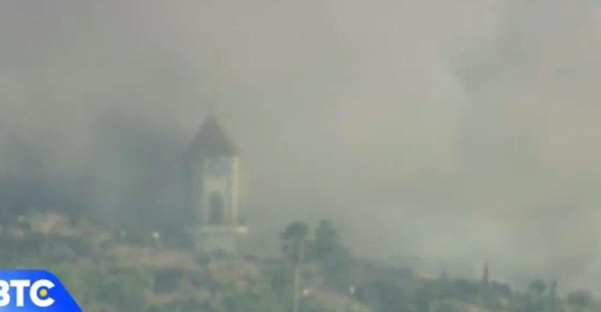 Campanario de la iglesia de Todoque segundos antes de derrumbarse / RTVC