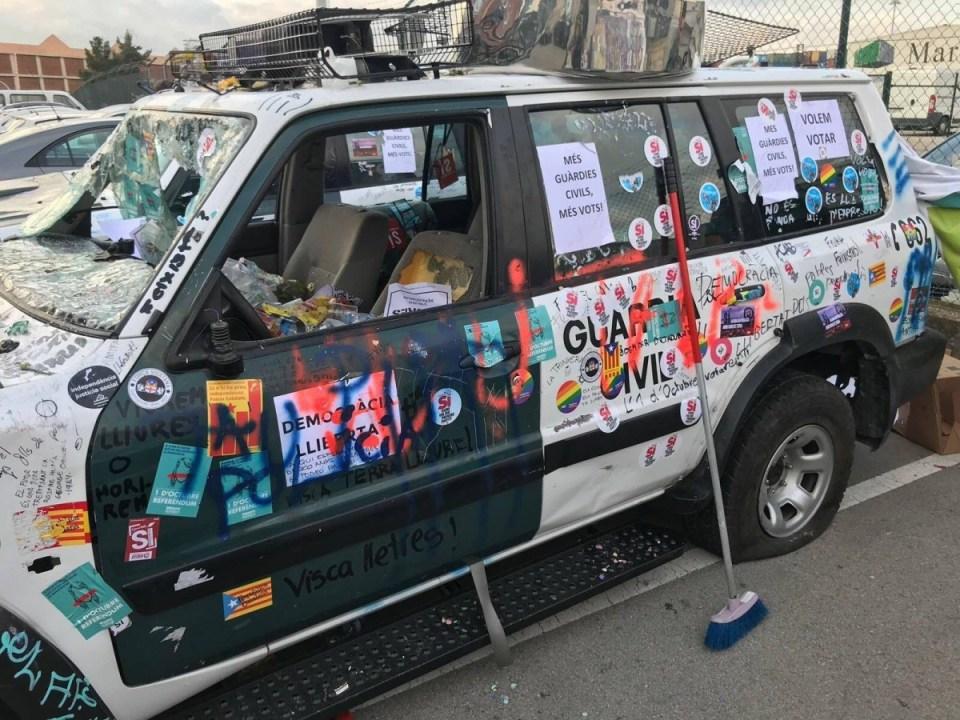Coche de la Guardia Civil tras el ataque de los vándalos separatistas