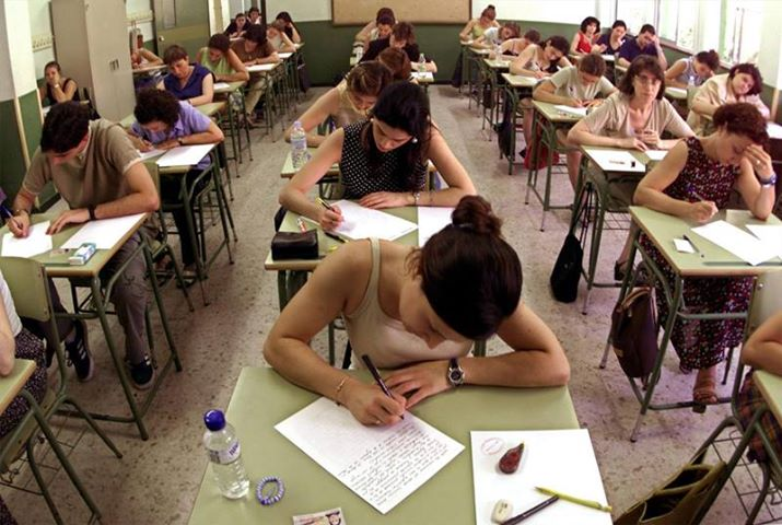Jóvenes realizando las pruebas para acceder a un empleo público.
