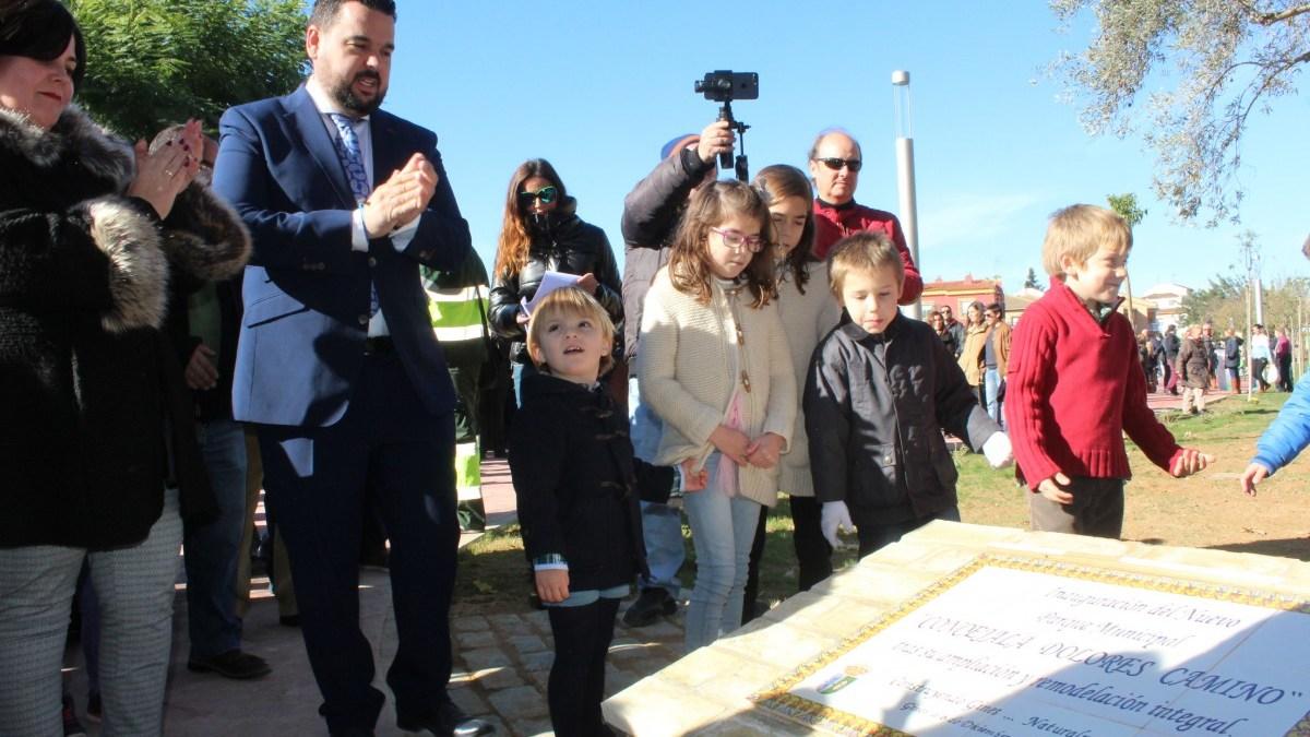 El alcalde, Ramualdo Garrido, inaugura el nuevo parque municipal de Gines.