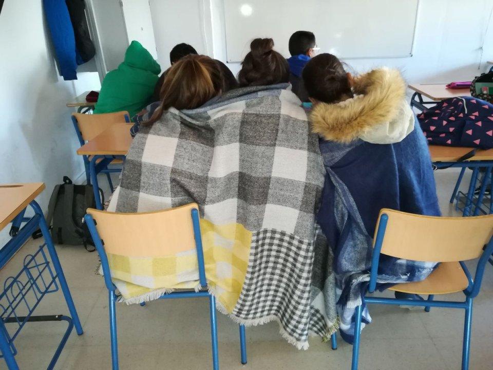 Mantas y abrigos para combatir el frío en el IES Julio Verne de Sevilla.