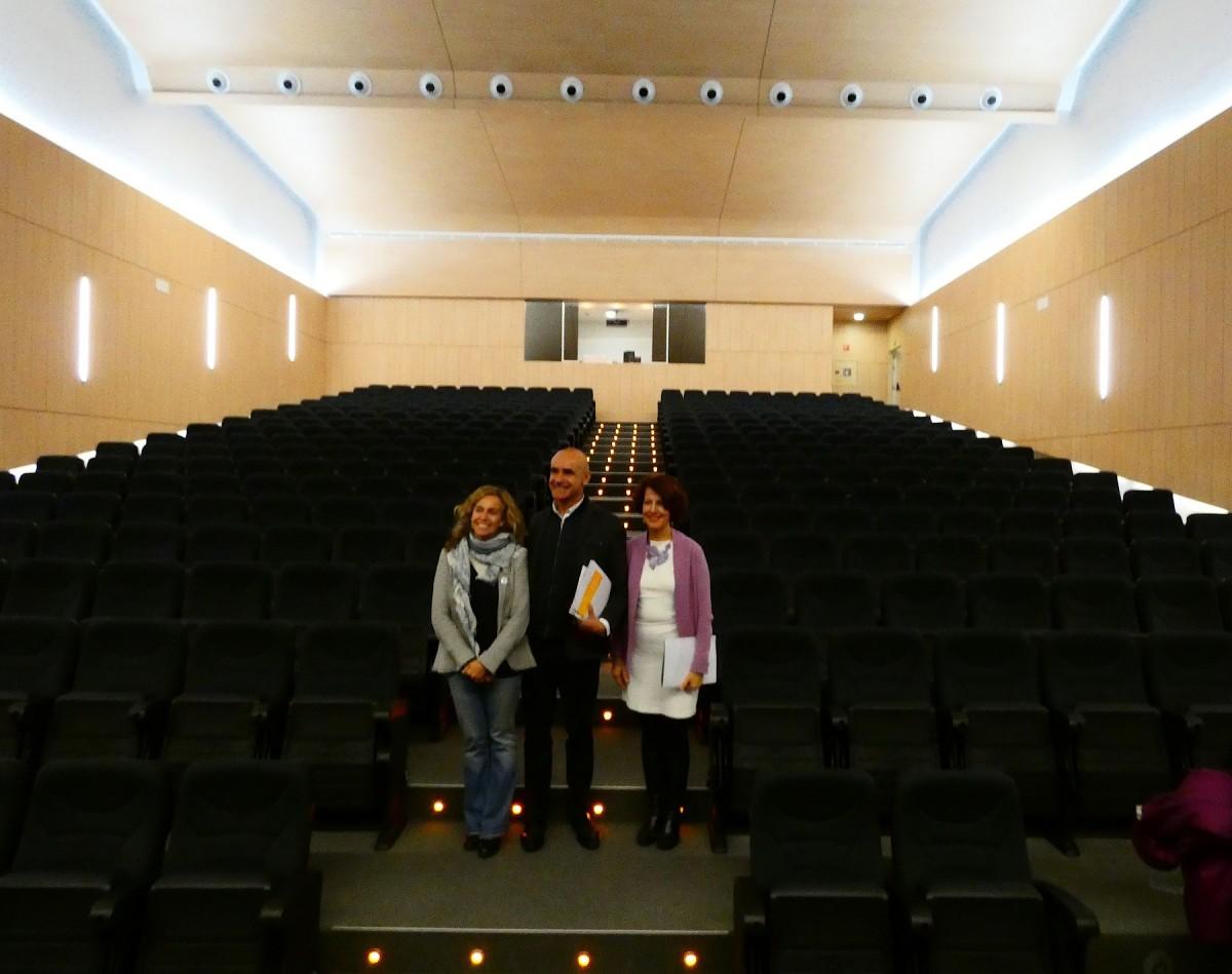 Antonio Muñoz, Mar González e Isabel Ojeda posan tras la presentación de la Factoría Cultural del Polígono Sur