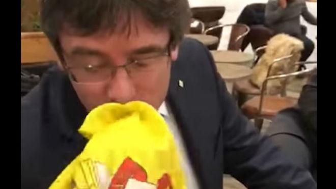 Puigdemont besa la bandera española