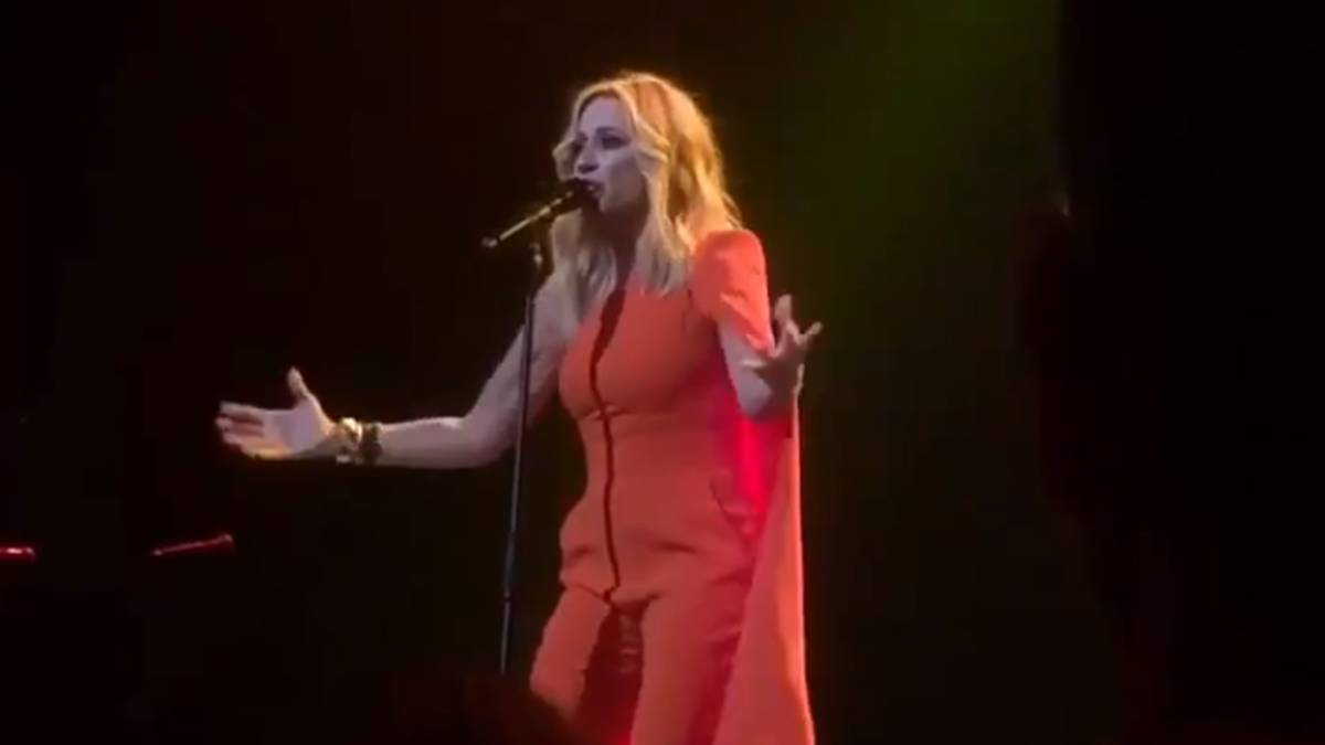 Marta Sánchez emocionó cantando su versión del himno de España
