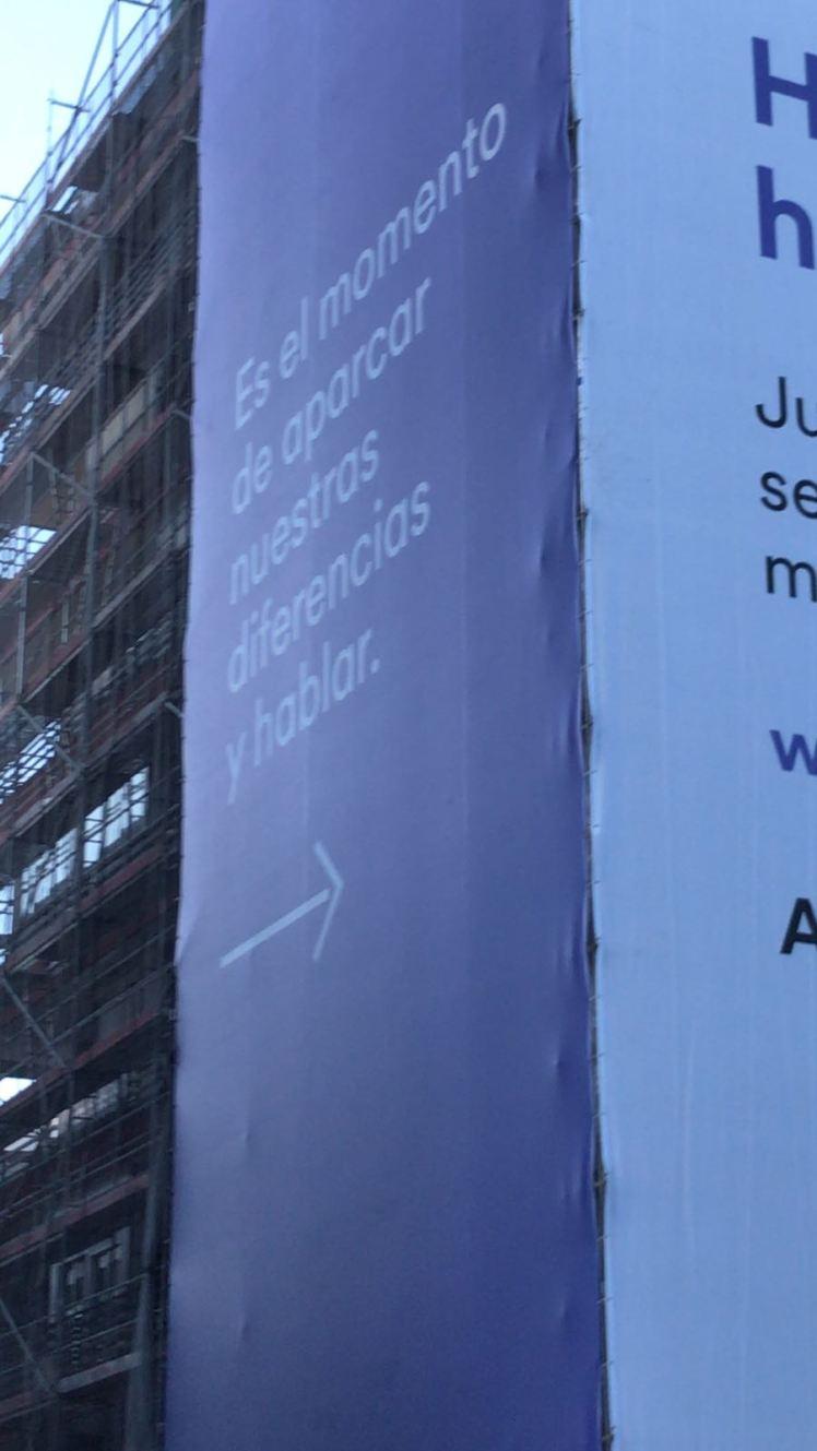 Pancarta de Cabify en la que llaman al diálogo a taxistas y Ayuntamiento. Foto: Lince