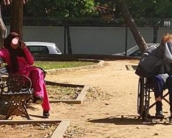 El texto y la foto que se hacen virales de una señora mayor «suplicando a su cuidadora que por favor la quite del sol»