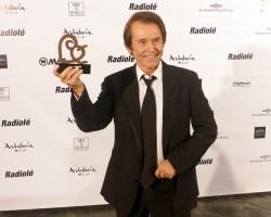Radiolé premia la trayectoria de Raphael, el artista que cambió el rumbo de la música en España