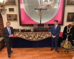 Pasión recupera la antigua túnica y mantolín de salida de San Juan Evangelista
