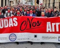 La hostelería sevillana clama contra los gobiernos central, de la Junta de Andalucía y ayuntamientosSólo VOX se dignó a acompañar a los manifestantes
