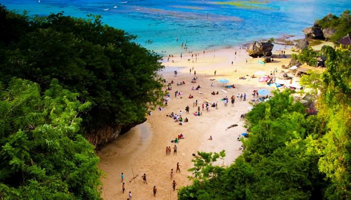 Pantai Padang Padang Pecatu Bali Banyak Surfer