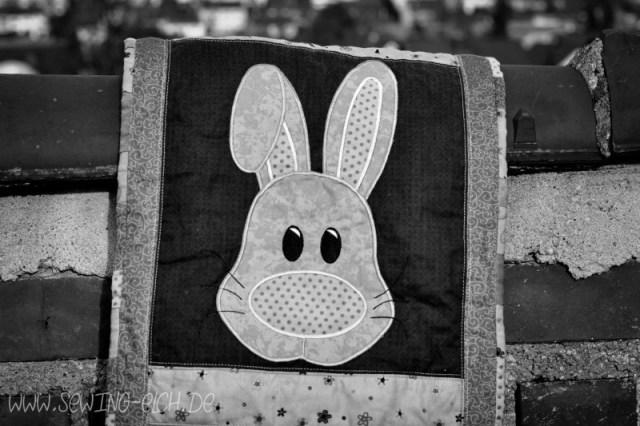 Läufer mit Hasenkopf bearbeitetet Schwarz-weiß-Bild