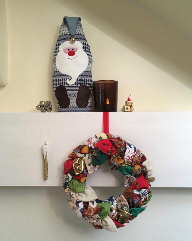 Zelfgemaakte stoffen kerstkrans