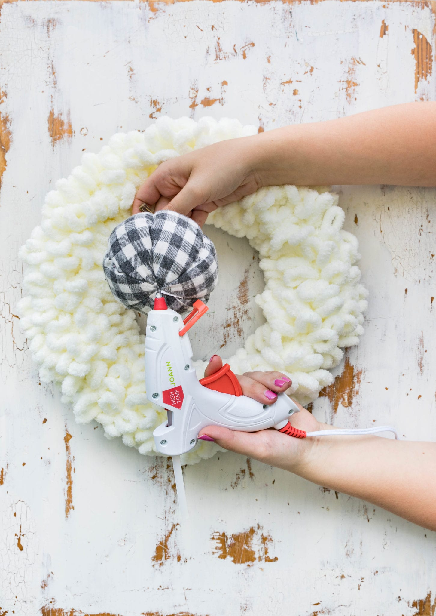 DIY Yarn Loop Wreath with Bernat Blanket EZ - Sewrella