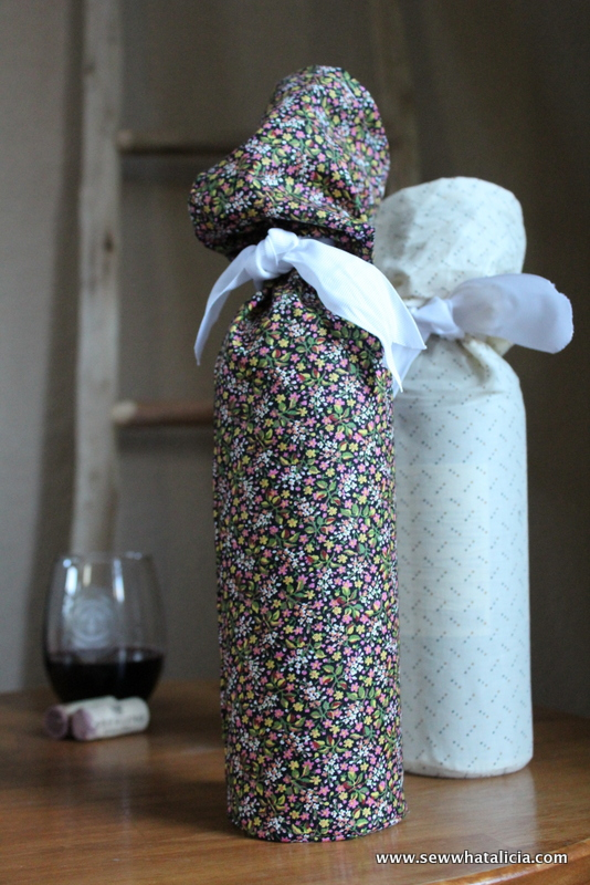Slouchy Fabric Wine Gift Bag Tutorial: With the party season upon us you are going to be looking for something wonderful to give to your host/hostess when you go to their house! These wine bags are quick and easy to make and they are a great way to give a handmade gift that any host(less) will love! Click through for the full tutorial.   www.sewwhatalicia.com