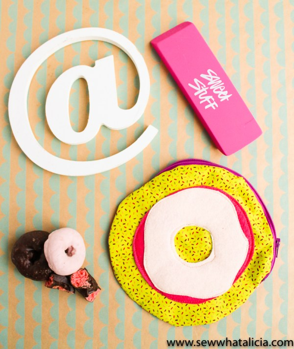 Circular Zipper Pouch Tutorial: This is a fun twist on a zipper pouch. Making a circular pouch isn't much different than a regular zipper pouch. Click through for the full tutorial   www.sewwhatalicia.com
