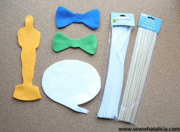 Felt Oscar Photo Props Tutorial: If you are hosing an Oscars party you are going to want to make some of these adorable photo props! Click through for the full tutorial. | www.sewwhatalicia.com