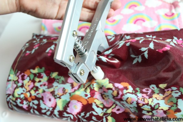 How to Sew A Diaper Clutch and Waterproof Changing Mat: This is a fun tutorial for a stylish diaper clutch and a waterproof changing mat using oilcloth. Click through for the full tutorial | www.sewwhatalicia.com