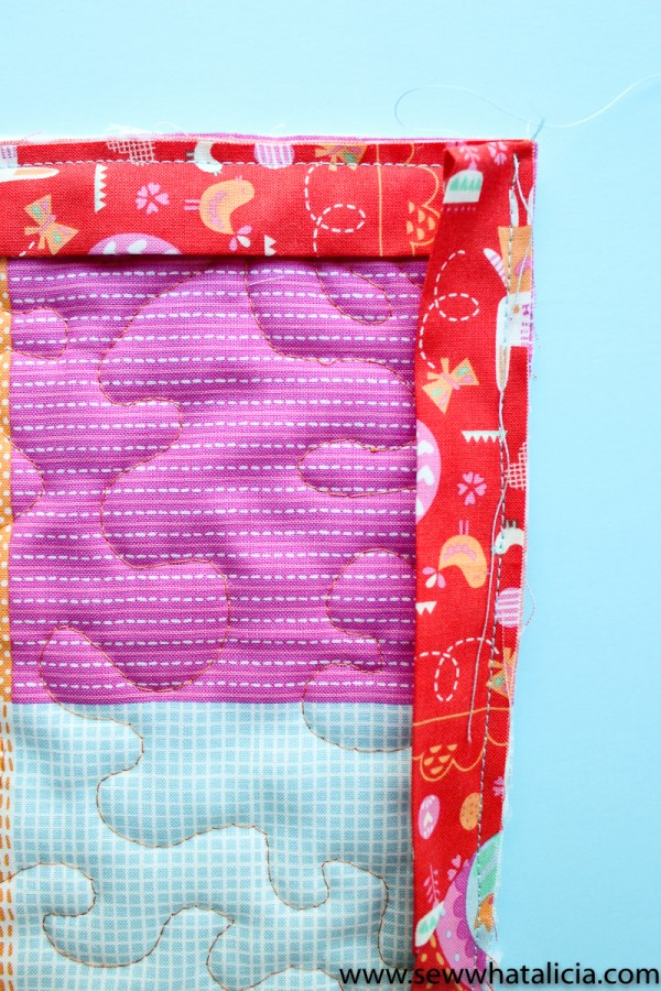 Easter Mini Quilt Tutorial : This mini quilt is great for beginners. Use it as a door hanger for Easter or on your Easter mantle. Click through for the full tutorial.   www.sewwhatalicia.com