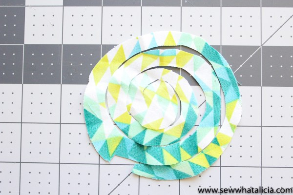 No Sew Floral Wreath Embroidery Hoop: This easy no sew wreath is perfect for adding a fun touch to your hoop. Use it on an existing hoop that has embroidery in it or use the wreath as it's own art. Click through for the full tutorial plus a video tutorial. | www.sewwhatalicia.com