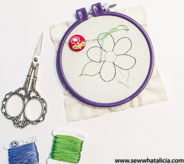 Easy Embroidery Flower Tutorial: This is a great project for embroidery beginners. Click through for the full tutorial on how to create this easy project. | www.sewwhatalicia.com