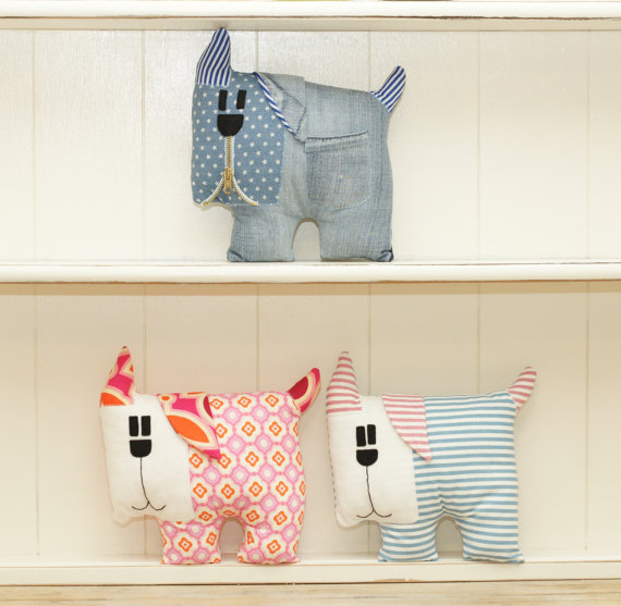 10+ Darling Dog Projects to Sew : If you love to sew and you love dogs check out these adorable dog sewing projects. Click through for the full list of patterns! | www.sewwhatalicia.com