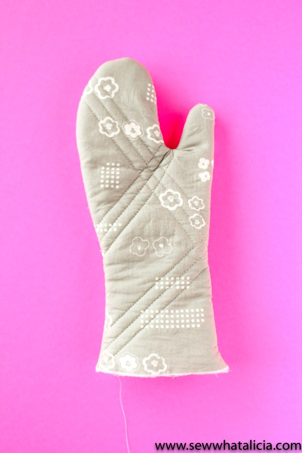 How to Sew the Best Oven Mitts: This is a great project for creating handmade gifts. Put these mitts with an apron and a cookbook for the best gift basket. Click through for the full sewing tutorial.   www.sewwhatalicia.com