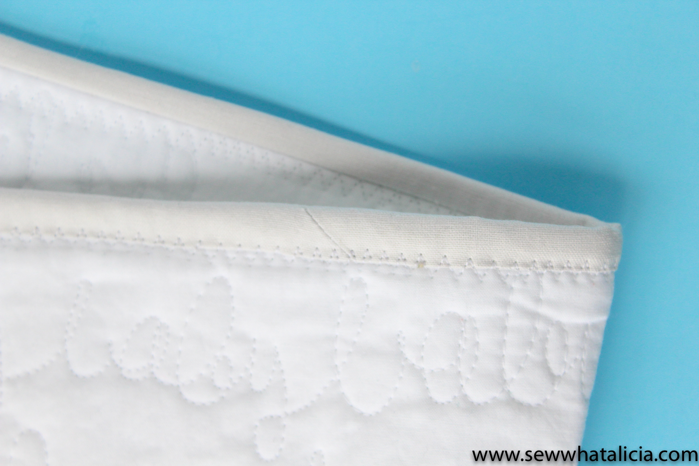 How to Make Quilt Binding: If you are new to quilting or have never attempted creating your own binding then this post is for you. This will walk you through creating and attaching quilt binding. Click through for the full tutorial and lots of tips and tricks. | www.sewwhatalicia.com