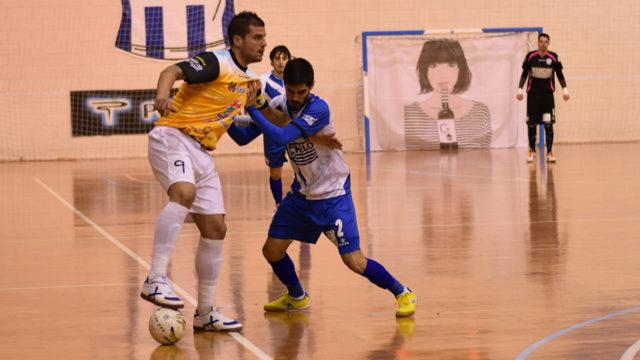 Juanqui protege un balón en el encuentro disputado la pasada temporada