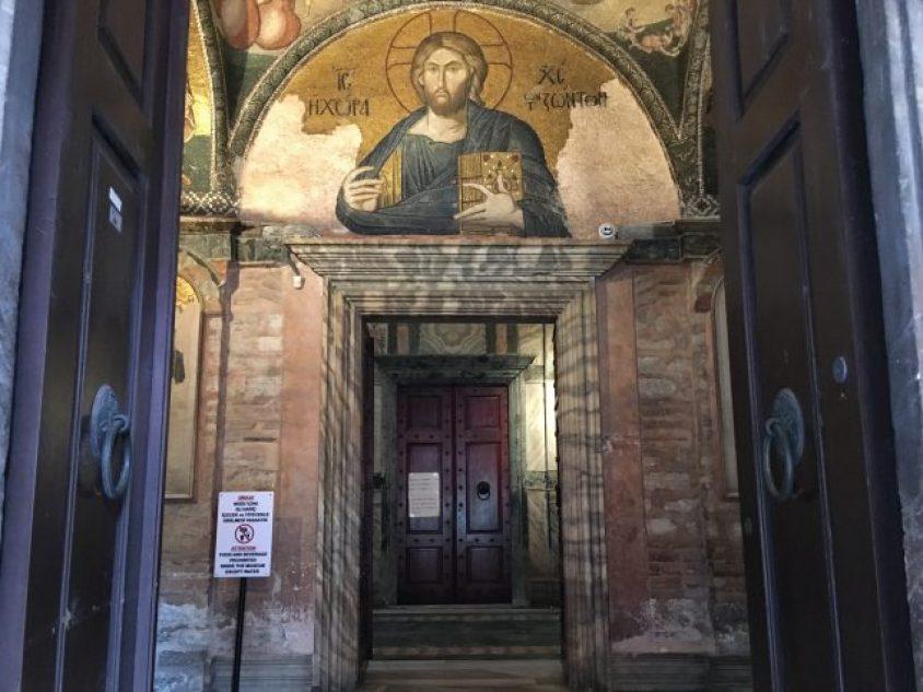 Girişte karşımıza çıkan bu mozaikte Hz. İsa sol elinde kutsal kitabı tutuyor. Yanında ise ''Khora, Hz. İsa ve yaşamın mekanı'' yazıyor.