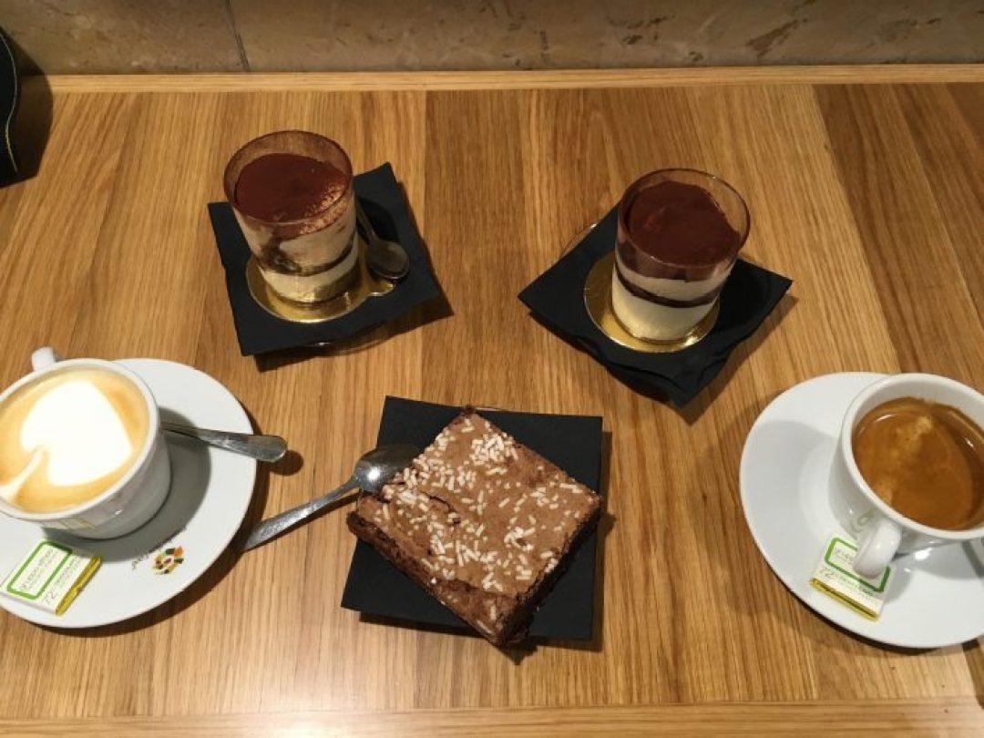 Eataly Roma'da tatlılarımızın yanına cappuccino ve espresso söylemiştik...