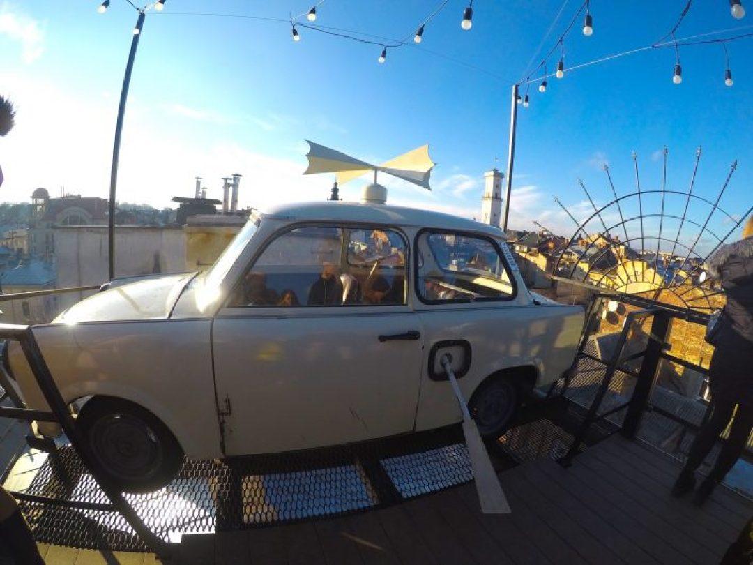 Daha önce mekanın çatısında araba görmüş müydünüz?